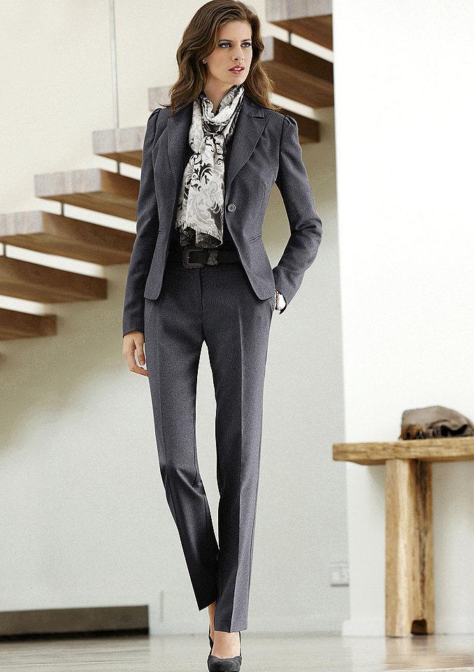 Деловой женский костюм тёмного цвета брючный