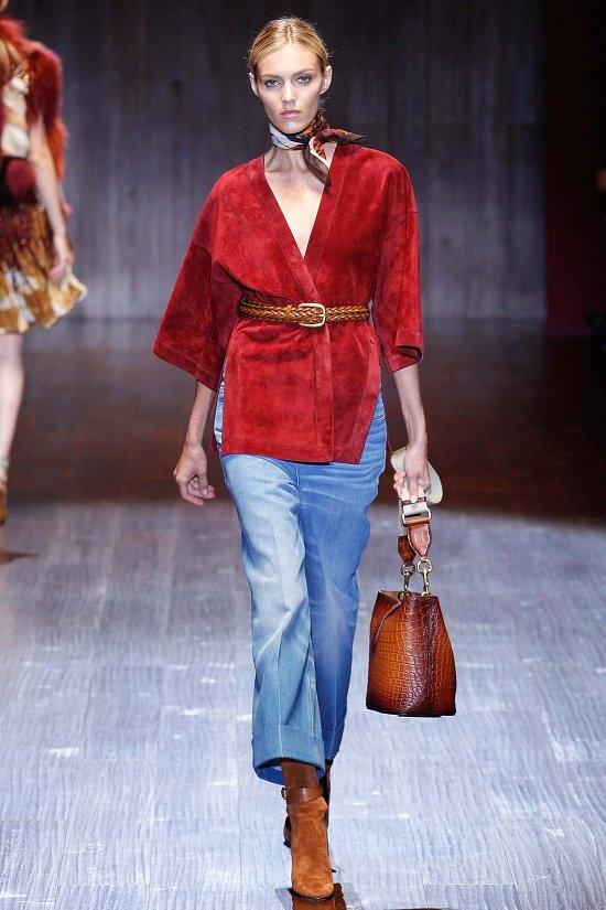 Синие брюки с красной блузкой