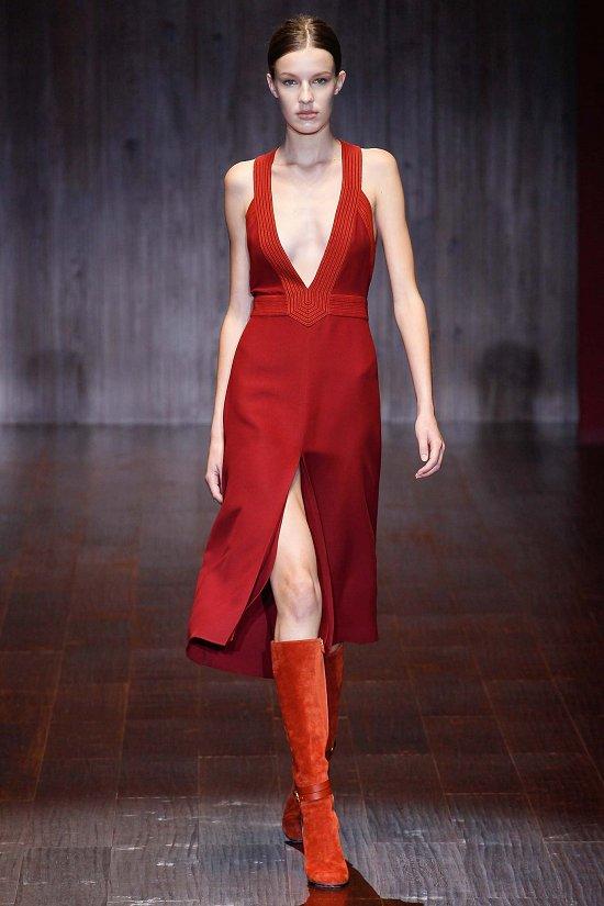Бордовое платье с V-разрером