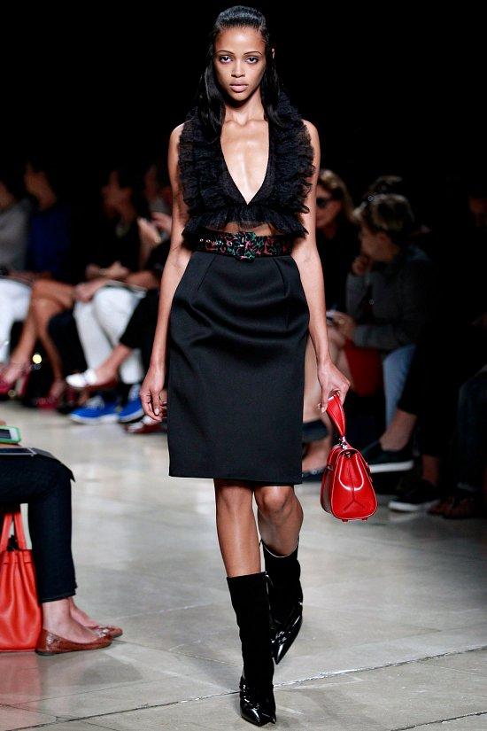 Чёрное платье с V-вырезом