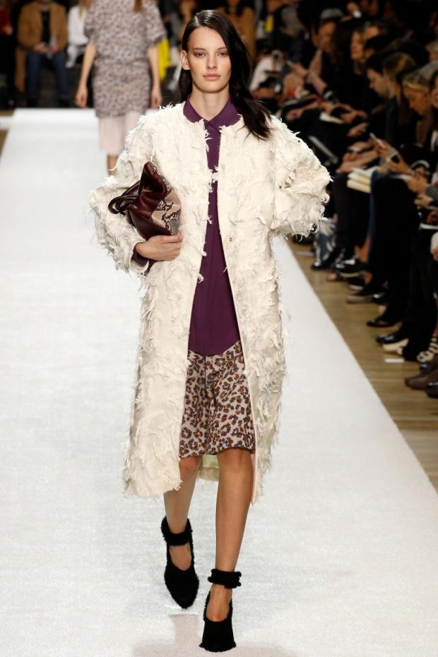 Модное женское пальто белого цвета