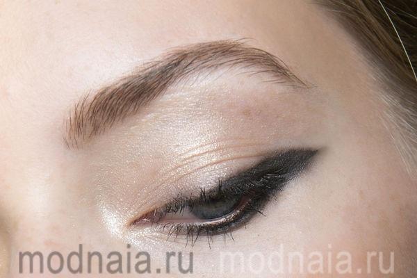 стрелки для глаз с опущенными внешними уголками
